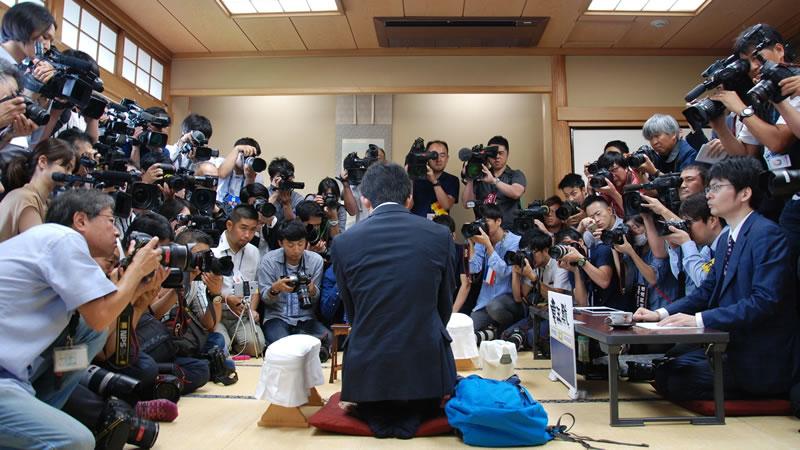 報道陣に囲まれて対極する藤井聡太四段